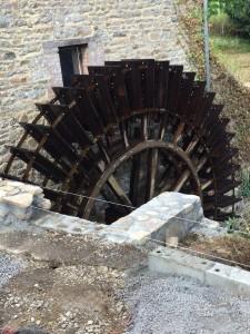 La roue rénovée du moulin